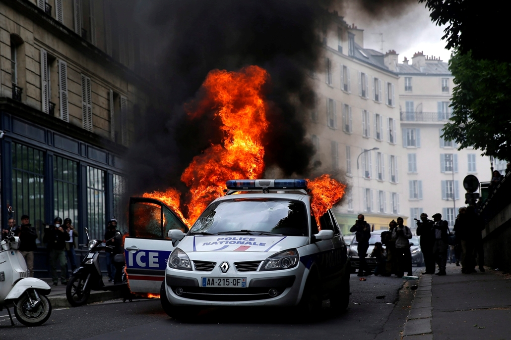 mti.16.05.18. - Párizs: Lángoló rendőrautó, amelyet tüntetők feldühödött csoportja gyújtott fel Párizsban 2016. május 18-án. A gyújtogatók rátámadtak a lángoló autóból kiszálló két rendőrre. Franciaországban hónapok óta ismétlődnek a tüntetések a tervezet