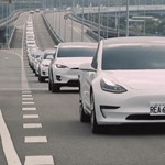 Száz Tesla ment libasorban egy autópályán – videó