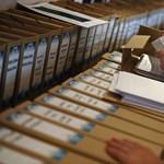 Legalább száz dobozban a trafikpályázati dokumentáció – fotók