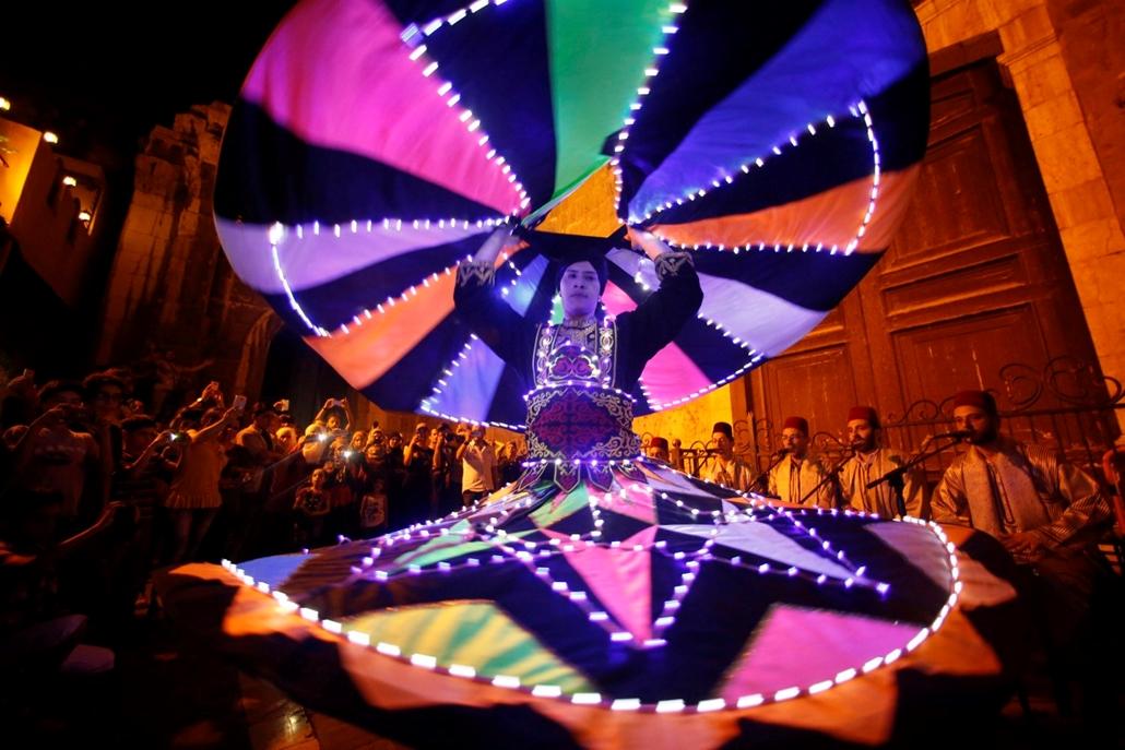 epa.16.06.29. - Dervis táncol a szíriai turisztikai minisztérium szervezte hagyományõrzõ ünnepségen a mohamedán szent böjti hónap, a ramadán alatt Damaszkusz óvárosában 2016. június 29-én.