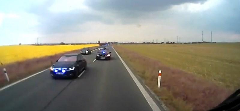 Videó: Nagyon észnél kell lenni, amikor feltűnik egy delegációs konvoj szemből, a sávunkban