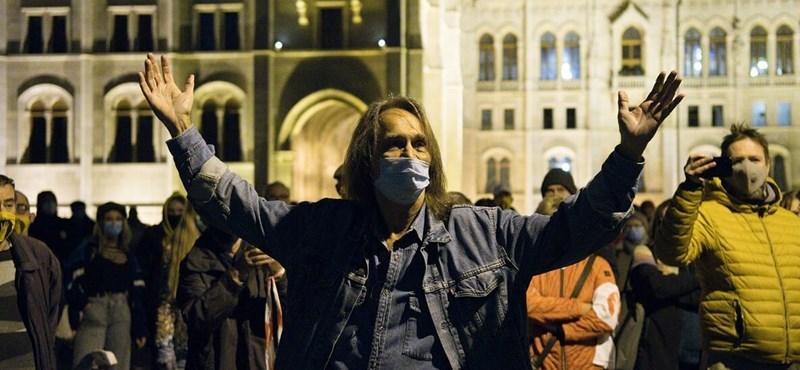 A Kossuth téren tüntettek az SZFE szabadságáért