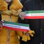 Révész magyar helyett iráni zászlóra emlékeztető szalaggal adta át a kisvasutat