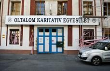 Éjjel-nappali őrség alakult, hogy ne szereljék le a gázórát Iványi Gáboréknál