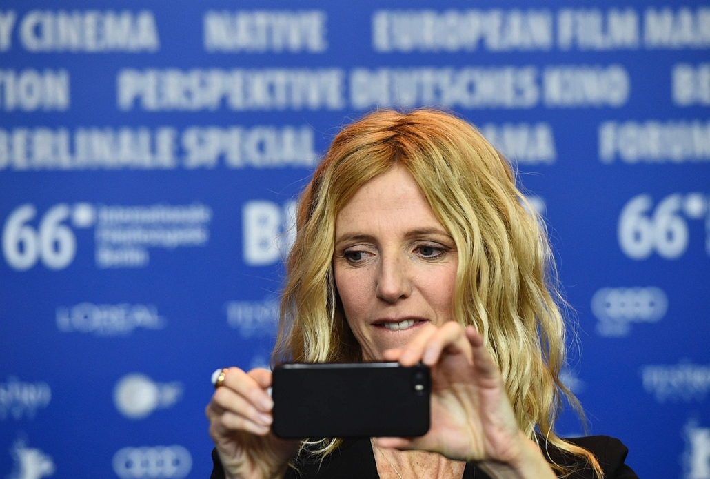 afp. 66. Berlini Nemzetközi Filmfesztiválon, Berlinale 2016 - French actress Sandrine Kiberlain makes a photo with her phone during a press conference for the film Quand on a 17 Ans (Being 17) by  Andre Techine in competition at the 66th Berlinale Film Fe