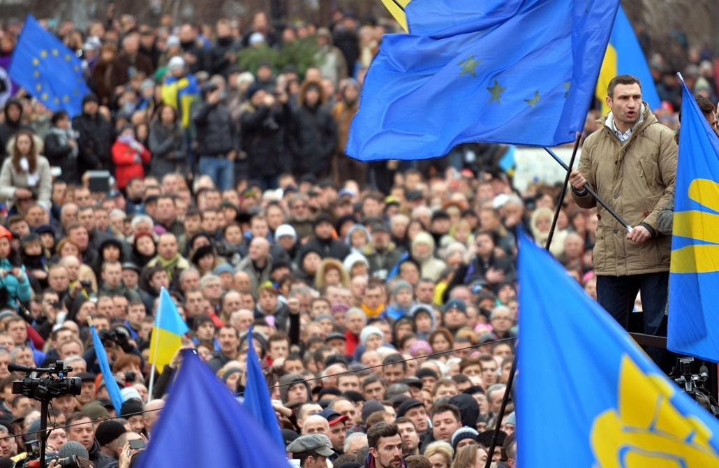 afp. nagyításhoz - ne használd - 2013.12.01. Ukrainian opposition leader and boxing champion Vitali Klitschko (R) joins thousands of protesters for a pro-EU opposition rally at Independence Square in Kiev on December 1, 2013. About 100 police were injured
