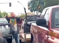 Teljes a káosz az USA-ban – íjjal jelent meg egy férfi a tüntetésen, hamar megbánta