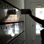 Káosz a postán: a levélküldeményeket már nem viszik ki