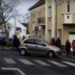 Nem érdekelte a KRESZ, szembement a forgalommal az autós Győrben – videó