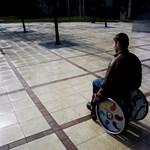 """""""Kiszorítják a rokkantnyugdíjasokat"""" - a parlament előtt a rokkanttörvény"""