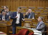 Nem kapja meg egyhavi fizetését Jakab Péter, amiért beült Orbán székébe