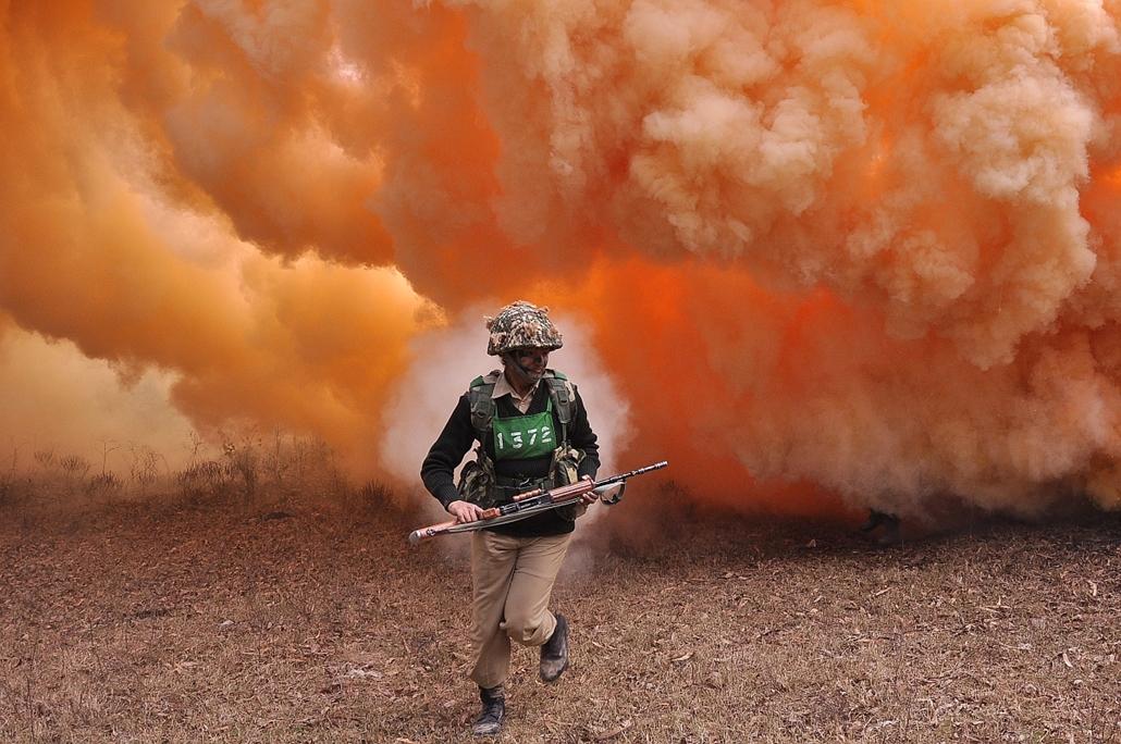 afp. hét képei - Hoshiarpur, India - indiai határvédelmi erők bemutatója 2015.01.13. An Indian Border Security Force (BSF) woman commando runs from thick smoke during an excercise at the Kharkan Training Camp at Hoshiarpur, around 60 kms from Jalandhar on