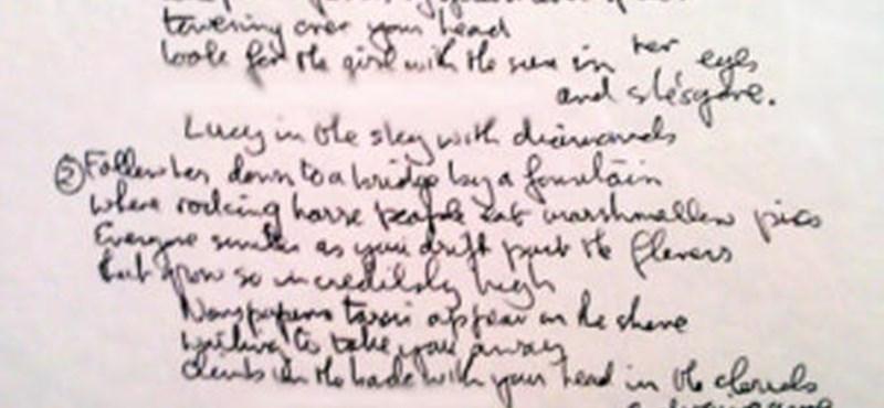Kalapács alá kerül Lennon kézírásos Lucy-szövege