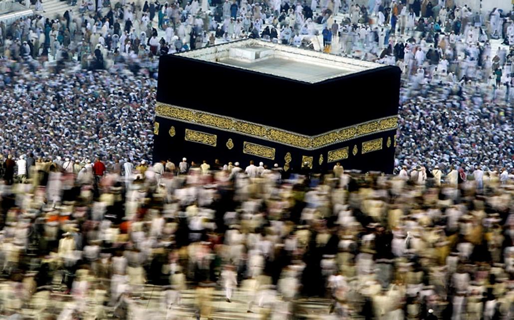 Több tízezer muszlim hívő kerüli meg a Kába szentélyt a hadzs zarándoklat idején Mekkában. 2008. december.