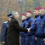 Fotó: Pintér kezet fogott a Szlovéniába induló, kiválasztott magyar rendőrökkel