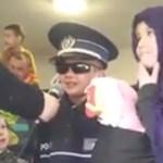 Gyerekfarsang migránssal és rendőrrel - megdöbbentő videó