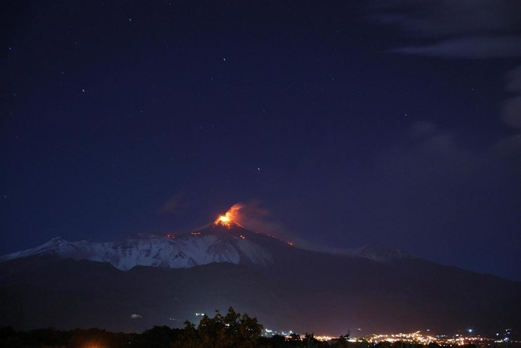 nagyítás, hét képei 1111-1116 - Izzó lávát lövell ki magából az Etna, Európa legnagyobb és legaktívabb vulkánja a szicíliai Catania város közelében 2013. november 11-én éjjel.