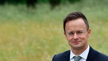 Szijjártó: Nem kell aggódni a magyar teltház miatt, gyorsabban kellett volna oltani máshol