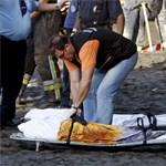 Földomlás temette be a strandolókat (sokkoló képek)