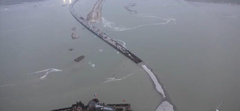 Ritka jelenséget vettek videóra egy francia szigetnél - gyorsított felvétel