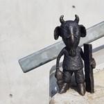 Ellopták a Mekk Elek-miniszobrot, de Kolodko Mihály készített egy újat