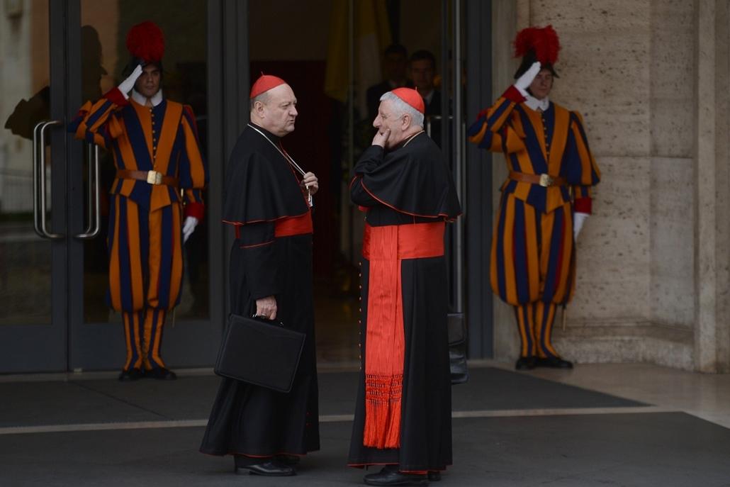 Gianfranco Ravasi (balra) Giuseppe Versaldi bíborosok - pápaválasztás előkészületei - pavalarc