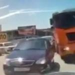 Videó: a pillanat, amikor mindenki elmond egy imát a volán mögött