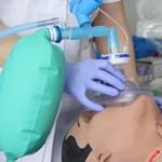 Lélegző, pislogó bábuk - hipermodern laborban képzik a magyar orvosokat