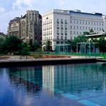 Bajban a szállodák, állnak a fejlesztések