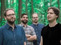 Sajátos erdőkerülők: jazzt játszanak a természet hangszerein