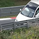Videó: újabb hétvégi versenyző robbant bele a Nürburgringen a szalagkorlátba