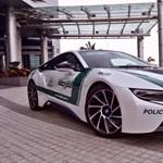 BMW i8-assal kontrázott Abu Dhabira a dubaji rendőrség