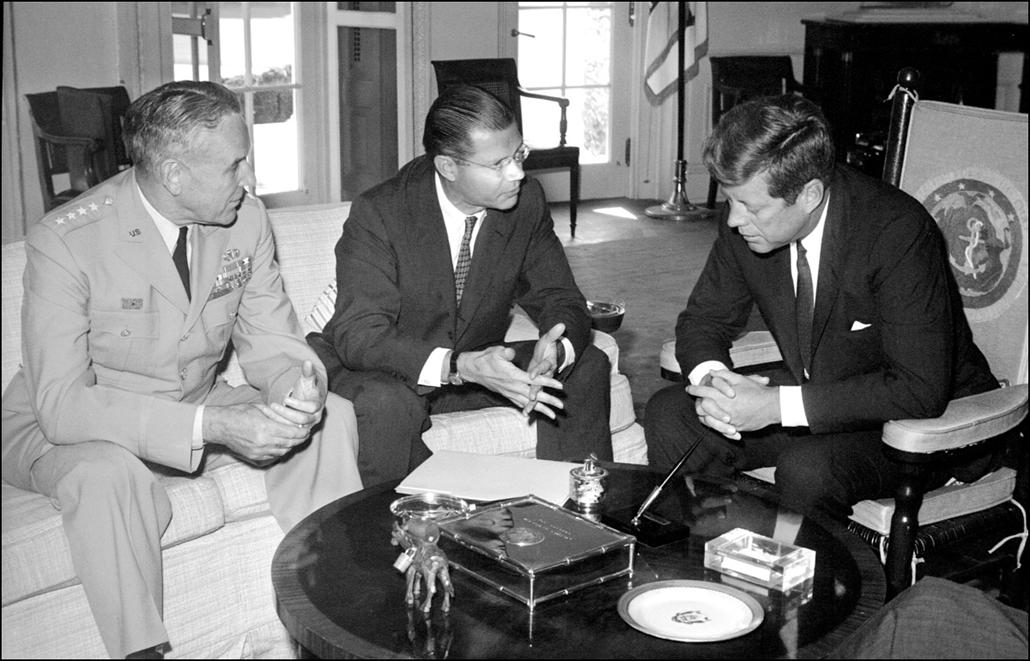 1963.09.24. - Washington, USA: amerikai védelmi miniszter Robert McNamara és hadsereg vezetője-of-állomány általános Maxwell Taylor Kennedyvel - Ken. előzőleg látogatott Dél-Vietnámba, felmérésen - John F. Kennedy, John Fitzgerald Kennedy