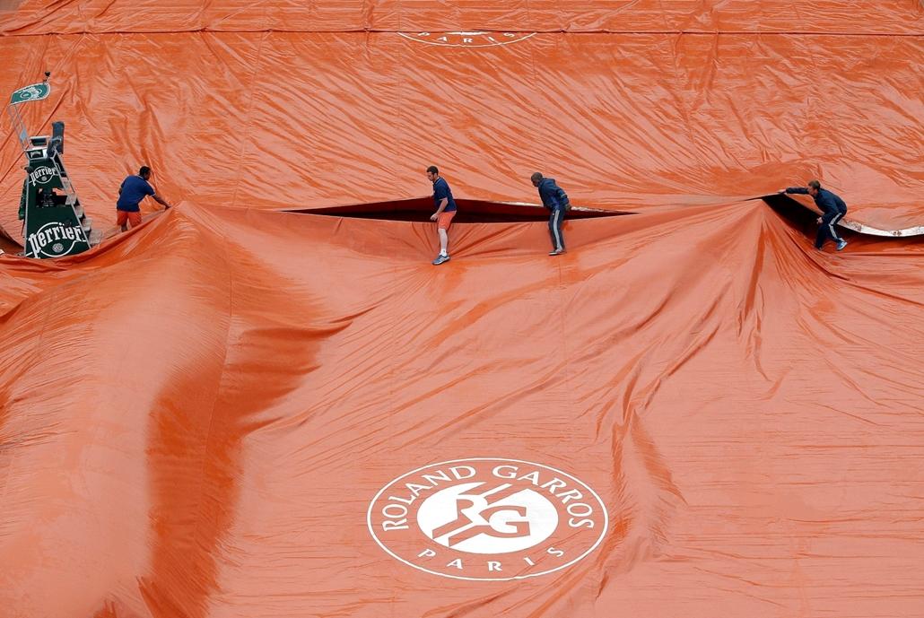 mti.16.05.31. - Párizs: Ponyvával takarják le a Philippe Chatrier centerpályát a párizsi Roland Garros Stadionban 2016. május 31-én, miután az eső miatt félbeszakadt a világelső szerb Novak Djokovic és a spanyol Roberto Bautista Agut mérkőzése a francia n