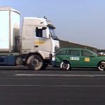 Csak 43 km/órával haladt ez a kamion, mégis ripityára zúzta az előtte álló kocsit