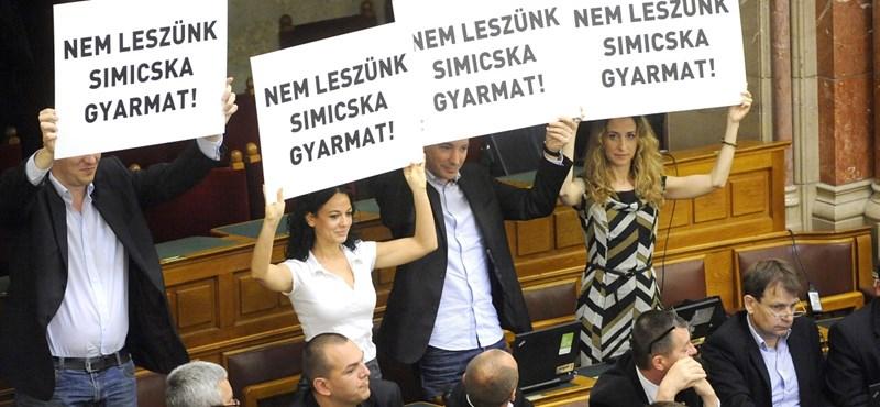"""""""Nem leszünk Simicska-gyarmat"""" – akcióztak a Házban"""