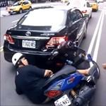 A baleset, ami után azt kívánja a motoros, bár ne segítettek volna neki – videó