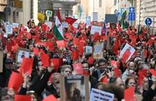 Videó: Piros lapokkal tüntettek az MTA szétverése ellen