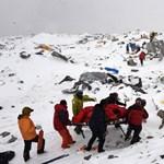 Gyilkos lavina Ausztriában: legalább öt síelő meghalt