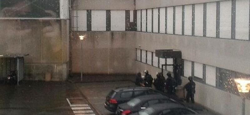 Dobozban rejtőzködő férfi segítette a francia terroristákra vadászó rendőröket