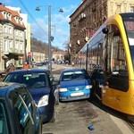 Fotó: Baleset történt a fonódó villamos vonalán