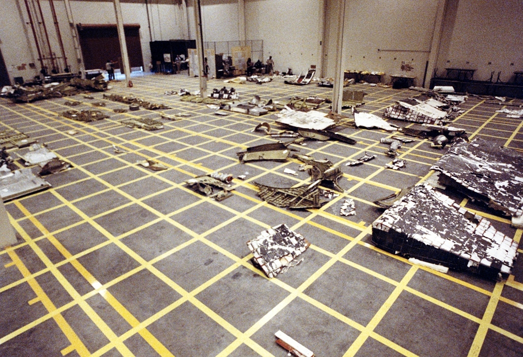 afp. Challenger-katasztrófa, 1986.02.27. A Challenger-űrrepülőgép darabjai egy hangárban, Pieces of the Space Shuttle Challenger are arranged in a hangar after being salvaged from the Atlantic Ocean where they were scattered, on January 28, 1986 when the