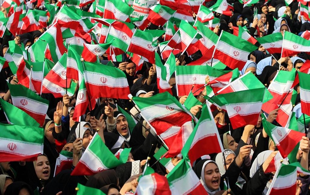 epa.14.02.11. - az 1979-es iszlám forradalom évordulója - Iráni diákok nemzetiszínű zászlókat lengetnek az 1979-es iráni iszlám forradalom győzelmének 35. évfordulója alkalmából tartott ünnepségen Teheránban