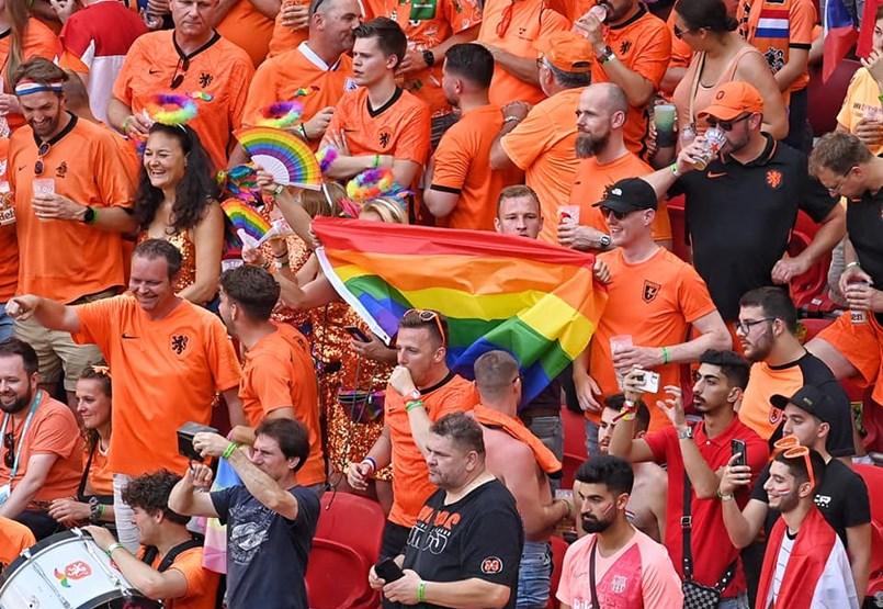 La UEFA se niega a prohibir las banderas arcoíris en la competición holandés-checa
