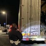 Kilencvenöt illegális bevándorlót találtak két teherautóban a rendőrök