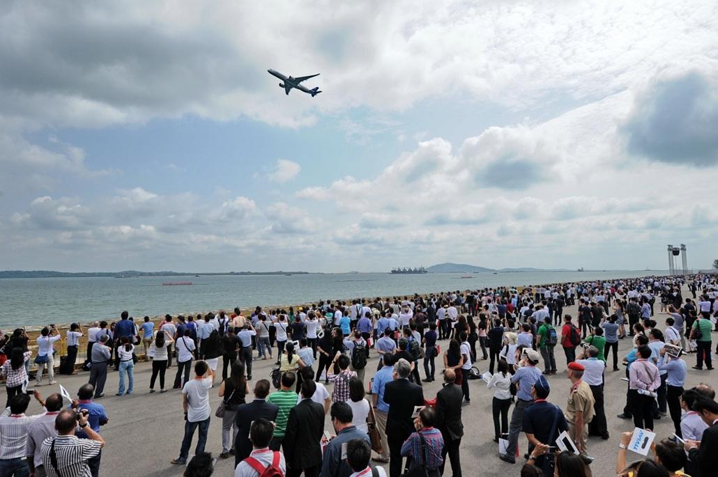 afp.14.02.12. - Szingapúr: Airbus A350 a Szingapúri Légiparádén - 7képei