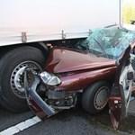 Fotó: kamion alá szorult Renault az M7-esen