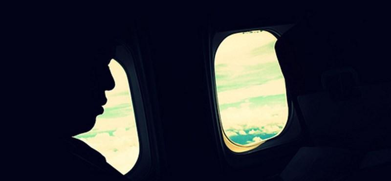 Titokzatos álarcos férfi a repülőn - ki engedte fel?
