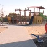 Lezáratta az érdi önkormányzat a felavatott játszóteret, ahol gyerekeket ért baleset