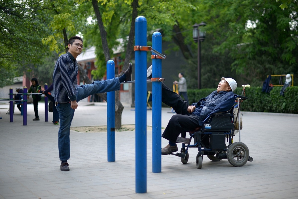 afp. 2014.05.08. Peking, Kína - Residents exercise at a park in Beijing on May 8, 2014. China's manufacturing sector contracted for a fourth consecutive month in April, HSBC said on May 5, the latest sign that the world's second-largest economy is slowing